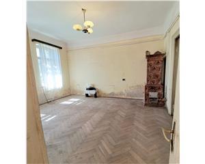 Titulescu, apartament 2 camere in vila; curte 65mp