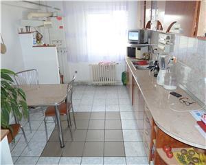 Apartament 3 camere decomandat Zona Garii