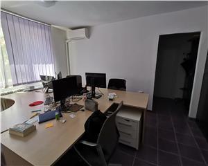 Apartament 3 camere, Central, pretabil pentru birouri,