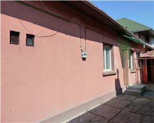 Casa pe nivel cu 3 camere, garaj, singur in curte Zona Centrul Vechi